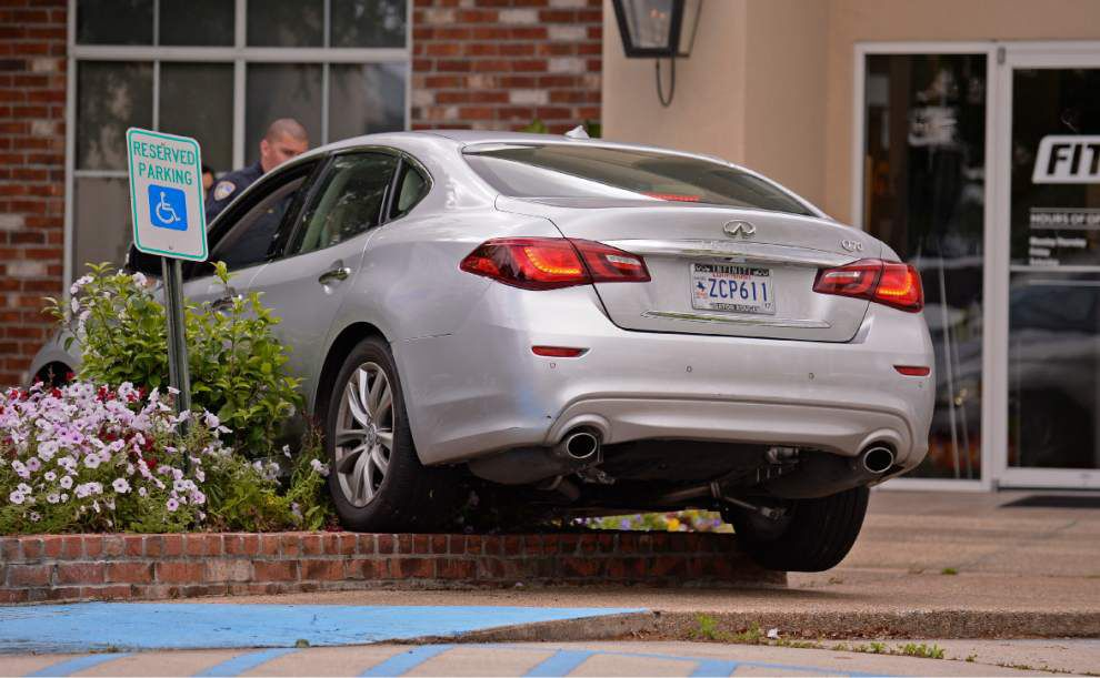 Video: Infiniti goes beyond ... parking lot border, needs assist to exit flower bed _lowres