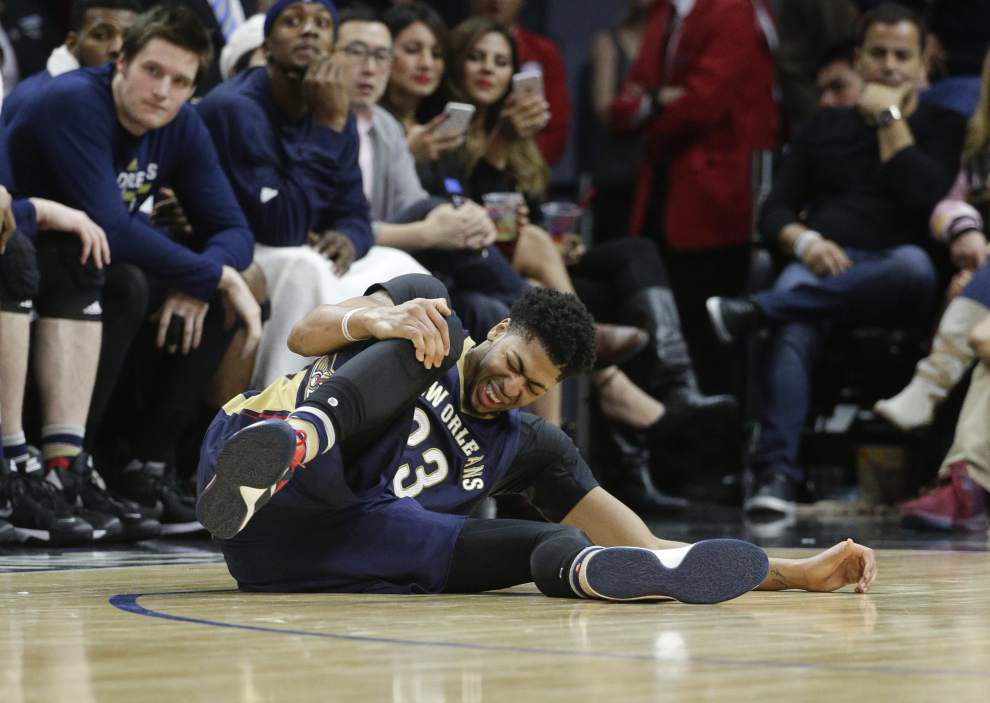 New Orleans Pelicans complain to referees about Chris Paul's foul that injured Anthony Davis during the game — but decline comment to media after 110-90 loss _lowres