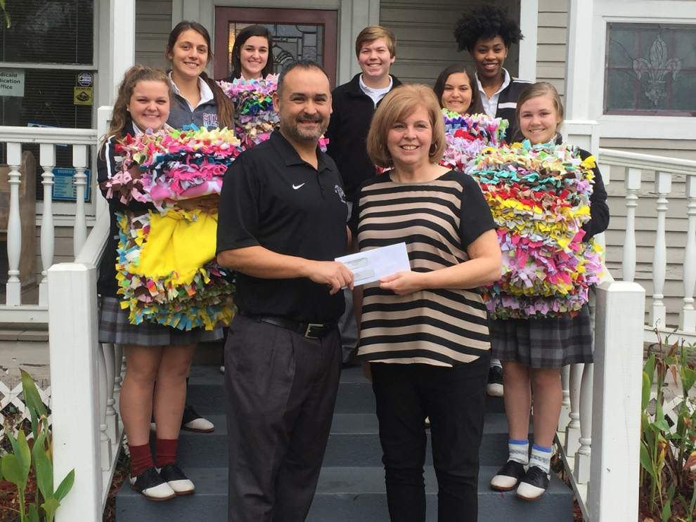 St. Thomas students help out Restoration House _lowres