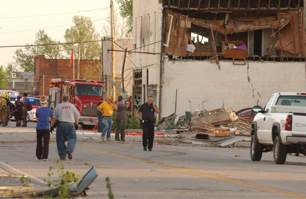 Tornadoes strike central, southern US, killing 9 _lowres