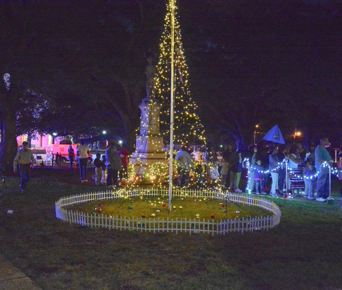 Christmas tree lighting at the courthouse in Clinton and Th.JPG