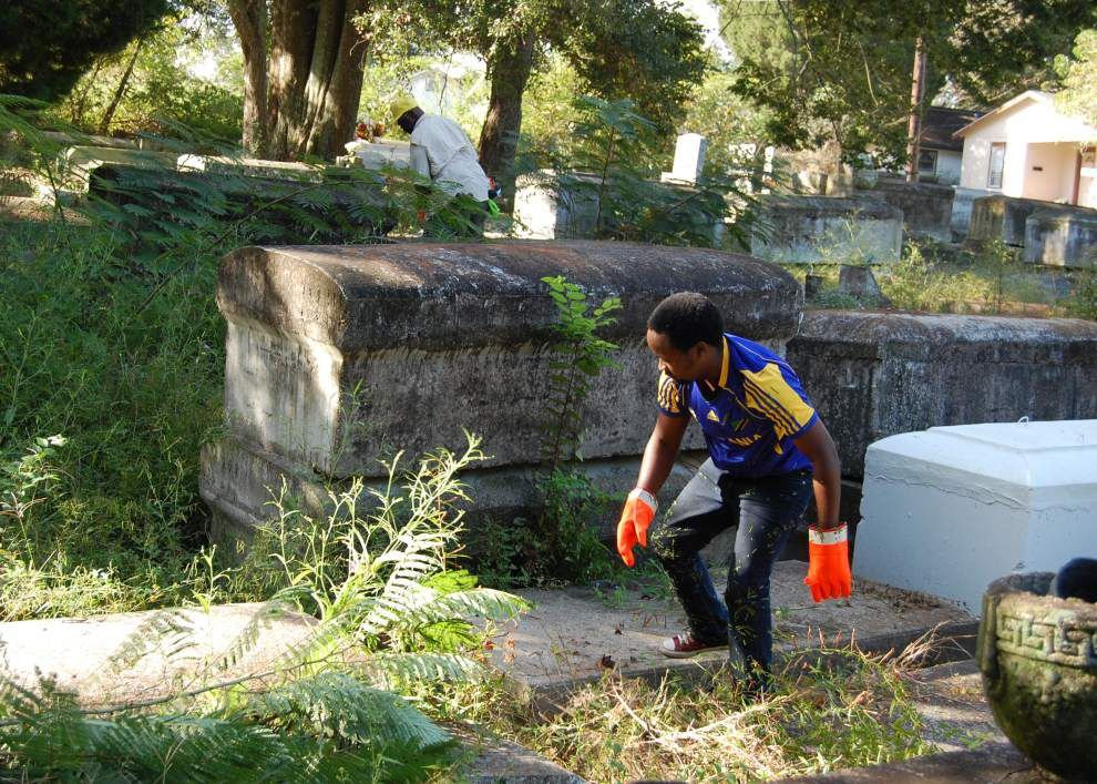 Volunteers clean up historic cemetery in old South Baton Rouge _lowres