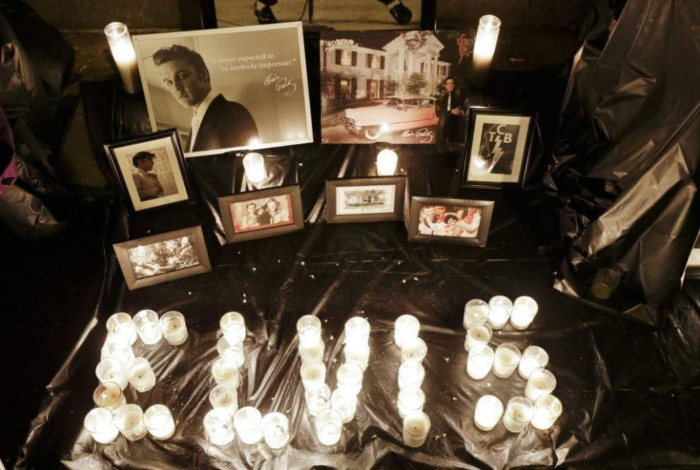 Fans gather at Graceland for Presley's birthday _lowres