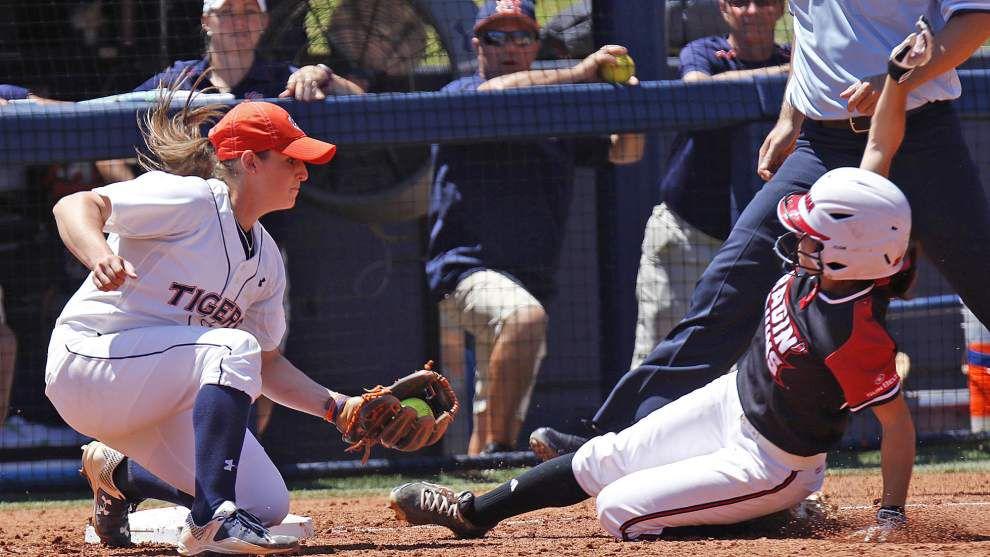 Auburn rallies in seventh, eighth to stun Cajuns softball squad 12-11 in super regional opener _lowres