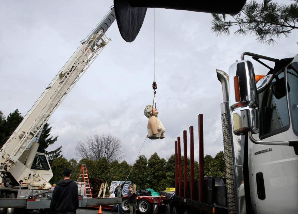 Giant Marilyn Monroe arrives at temporary new home _lowres