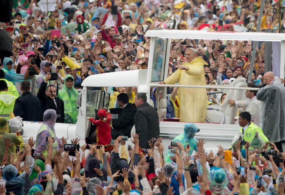 Huge turnout for pope in Manila _lowres