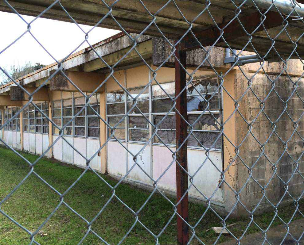 Board negotiates old high school demolition _lowres