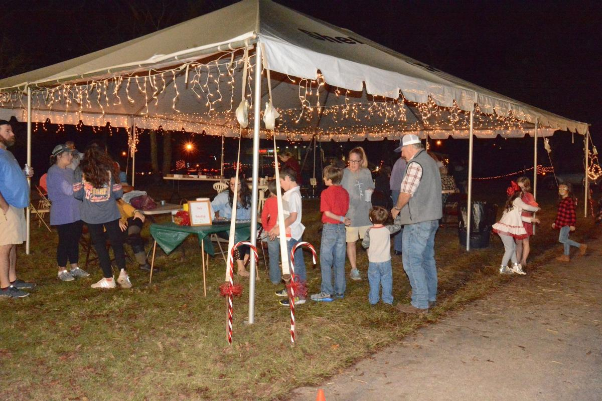 Christmas_tree_lighting_at_the_courthouse_in_Clinton_and_Th