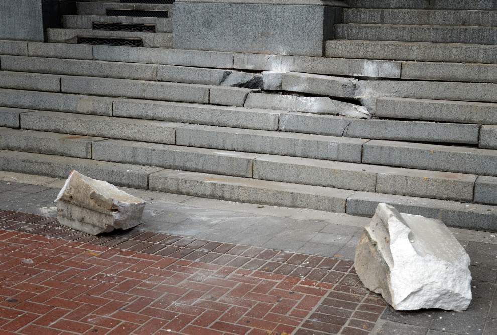 Chunk of Gallier Hall's facade tumbles _lowres
