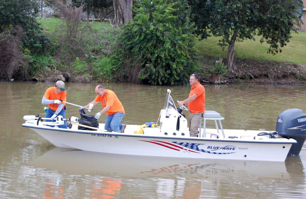 Annual Bayou Lafourche cleanup draws hundreds of volunteers _lowres