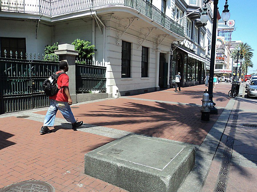 What is the history of the markers in the 800 block of Canal Street?_lowres