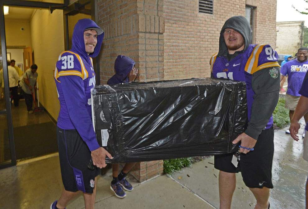LSU president, volunteers helped underclassmen settle into their dorms for fall semester _lowres