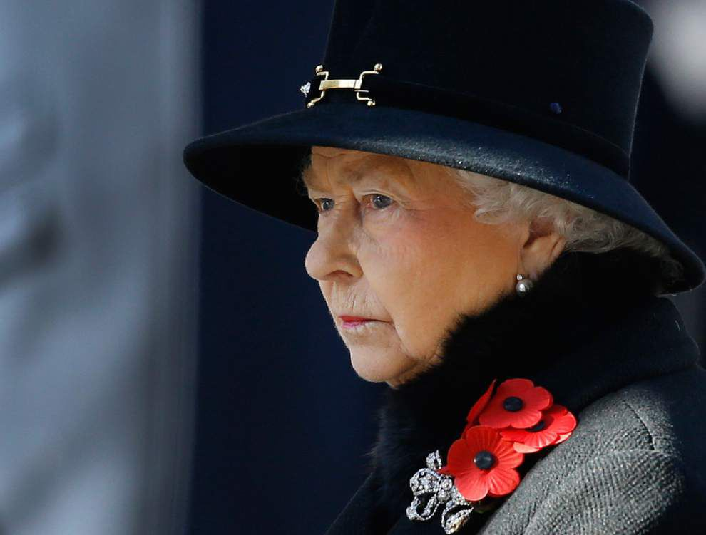 U.K. lawmakers tell queen to cut costs, boost income _lowres
