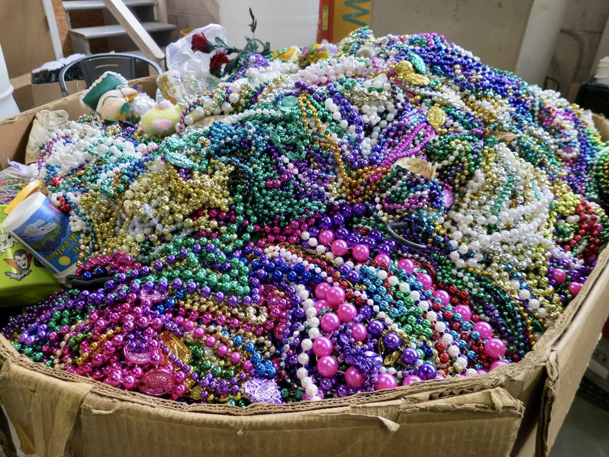 carnival mardi beads wikipedia wiki raining throws gras