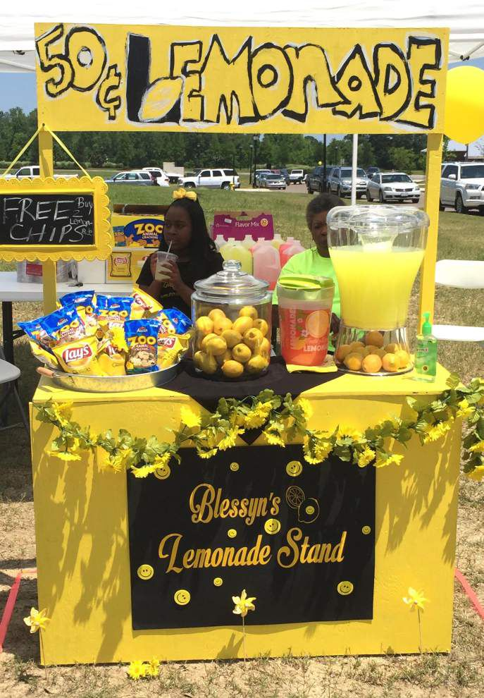 Girl, 10, lauded for top lemonade stand _lowres