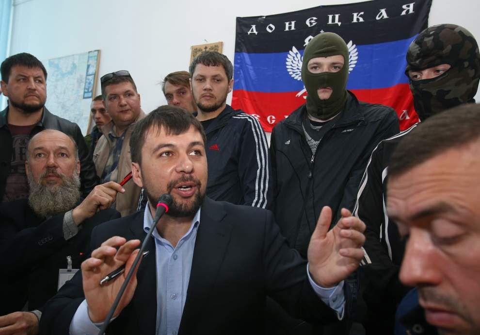 Ukrainian insurgents reject call to quit buildings _lowres