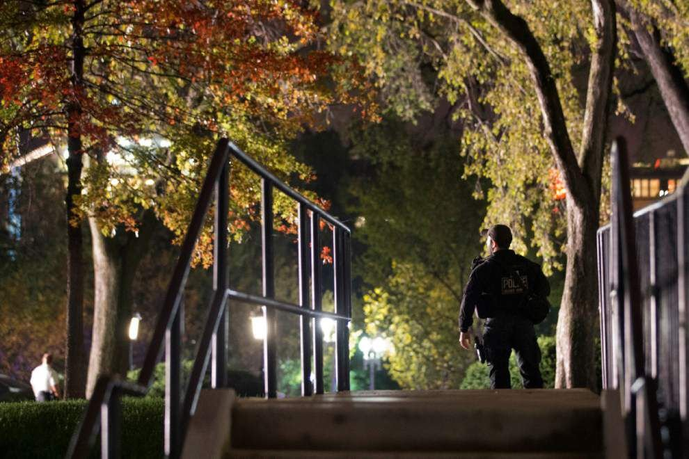 Man apprehended after jumping White House fence _lowres