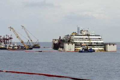 Shipwrecked Concordia floated for tow to Genova _lowres