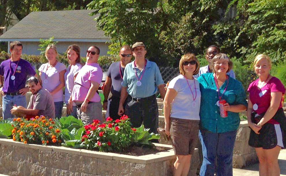 Shady Oaks Garden Club joins in garden therapy project _lowres