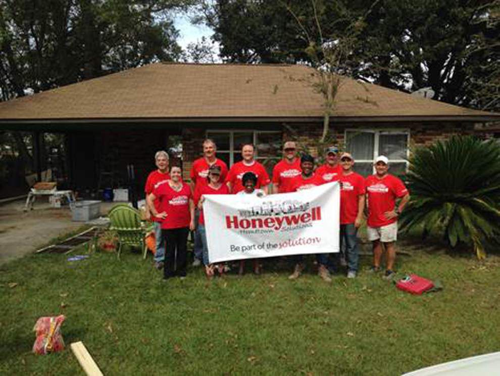 Honeywell workers pitch in to fix house _lowres