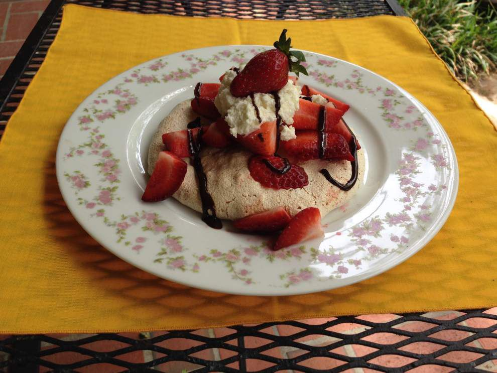 Nutty Meringue with Strawberries and Cream _lowres