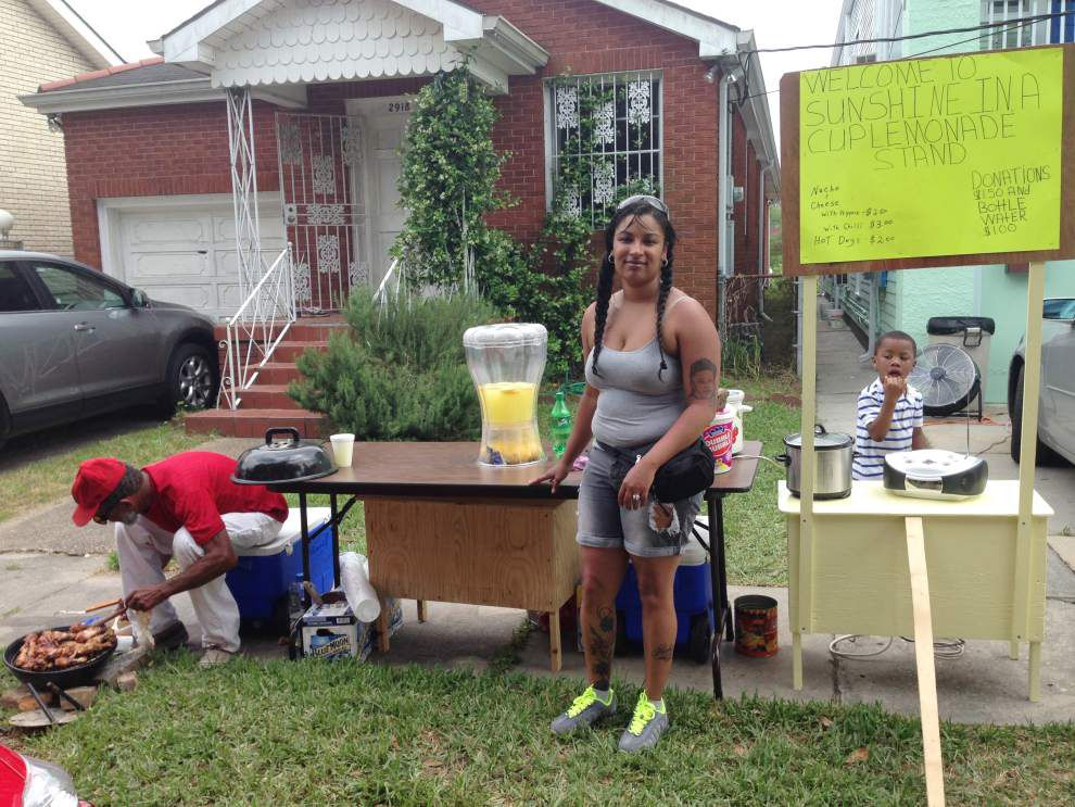 Do-it-yourself commerce flourishes outside Jazz Fest grounds _lowres