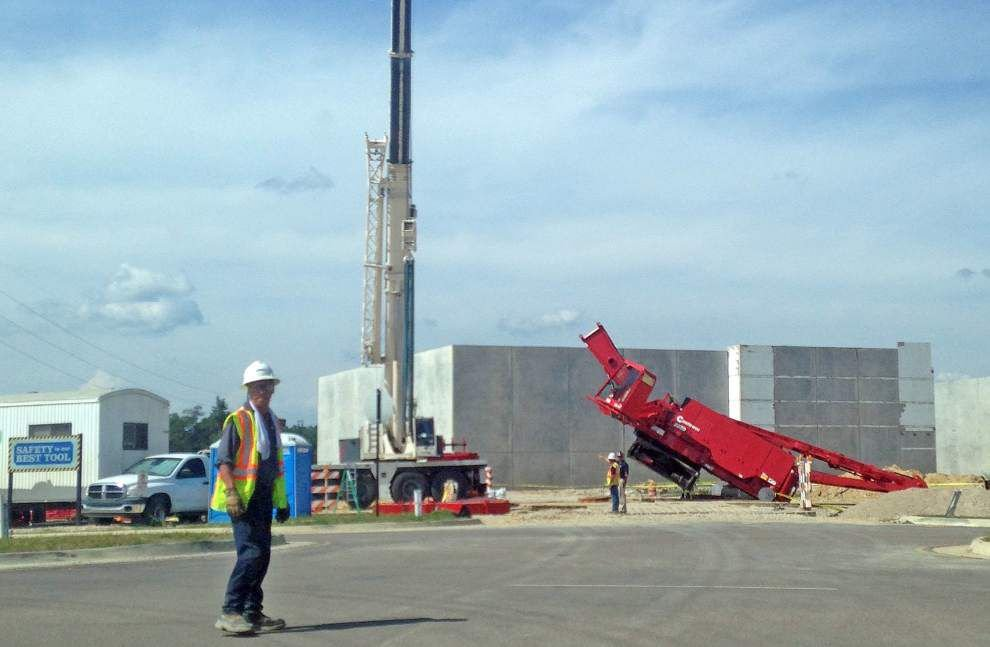 Company investigating cause of crane collapse at Juban Crossing; no one injured _lowres