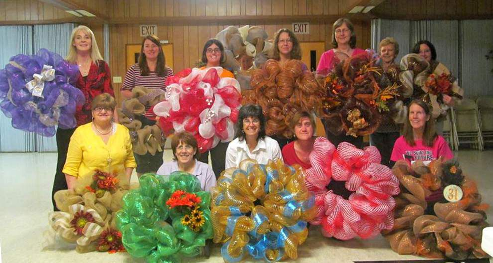 Luling Baptist women gather to make wreaths _lowres