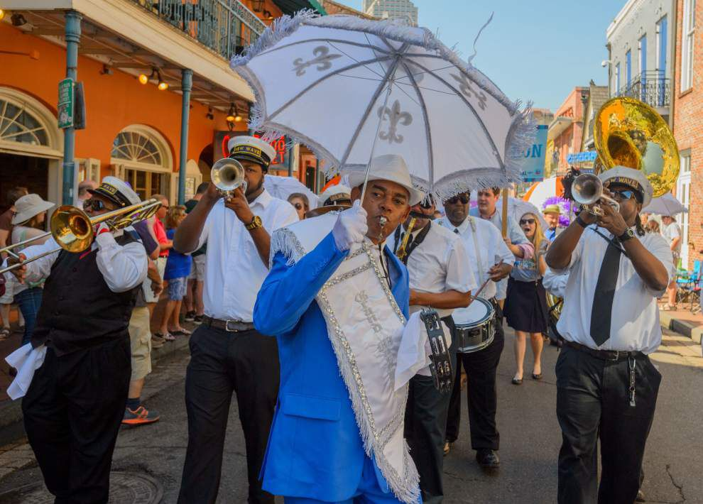 2016 French Quarter Festival kicks off with parade featuring politicians, pirates and a llama _lowres