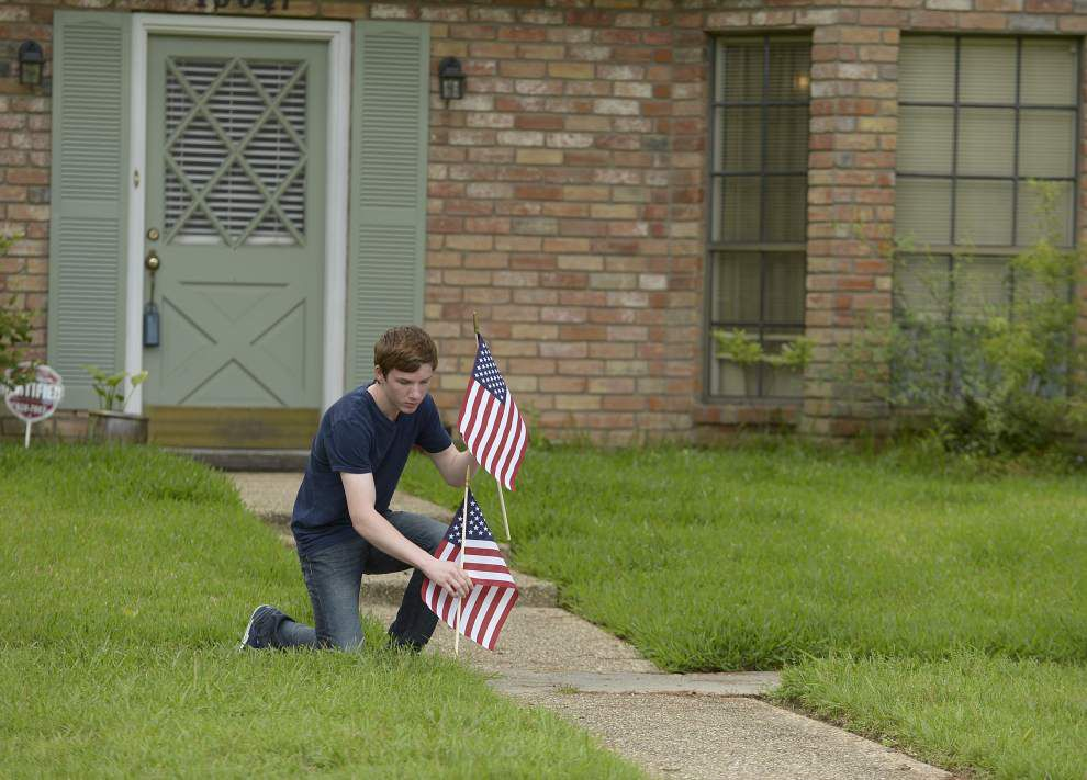 Organizations, volunteers adorn Shenandoah homes with American flags _lowres