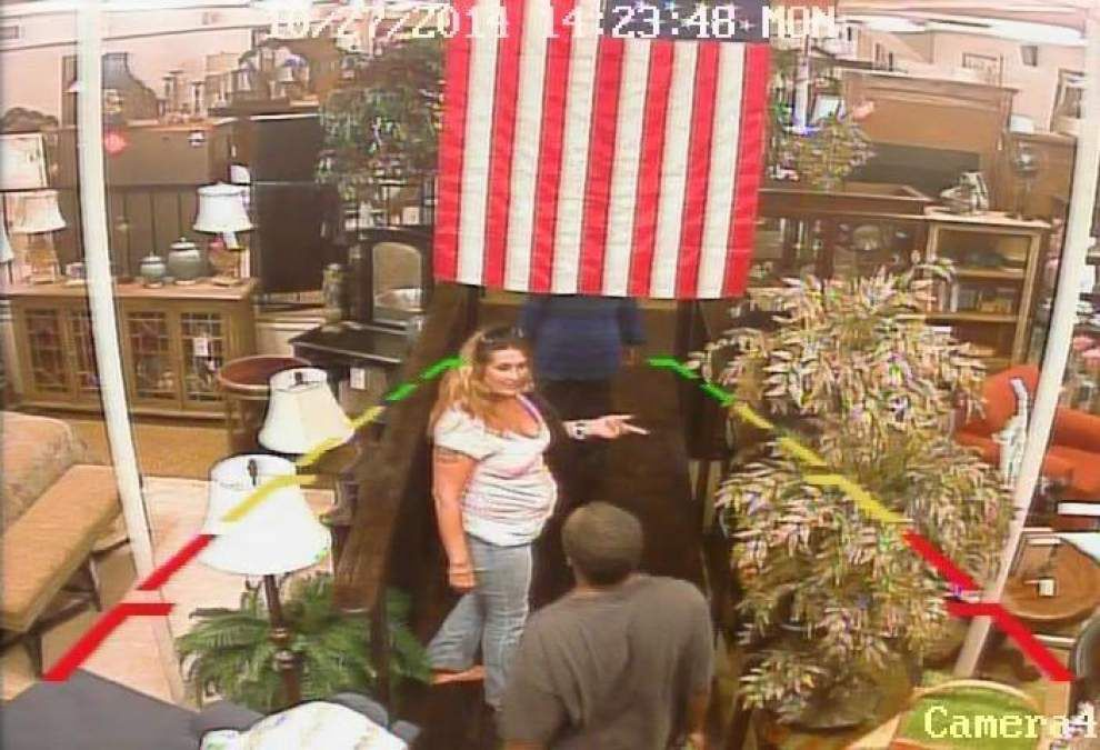 Thieves distract clerk, steal from cash register, Gonzales police claim _lowres