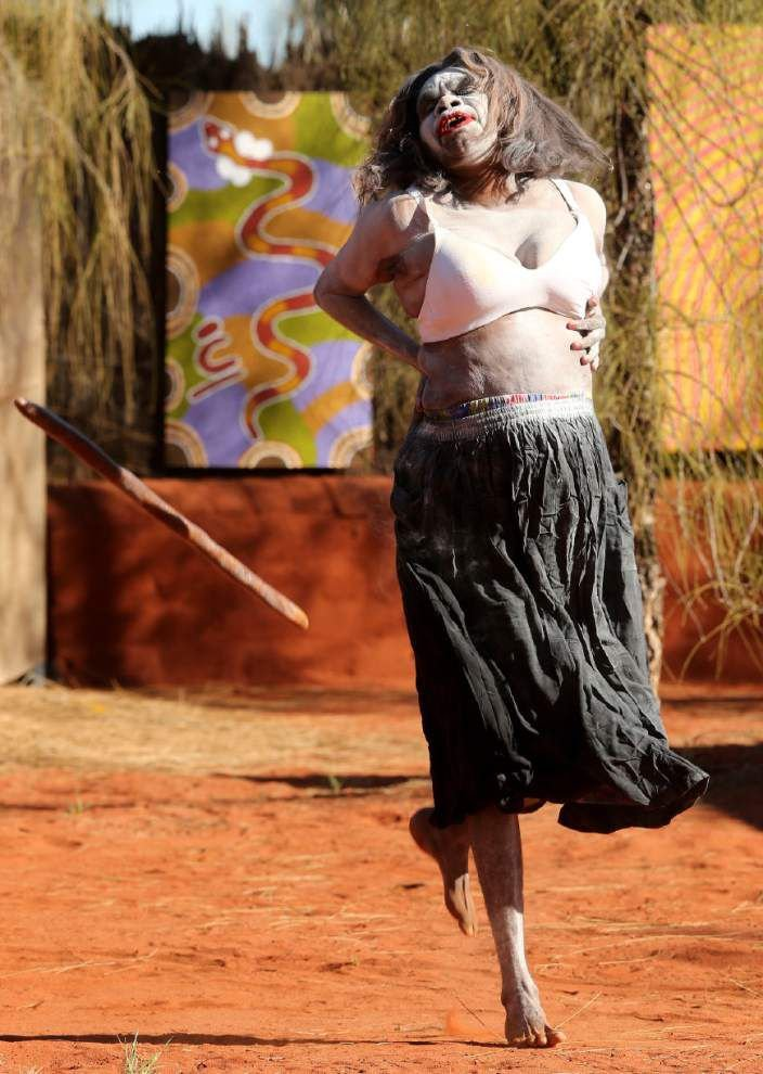 Royals get Aboriginal gifts in Australian Outback _lowres