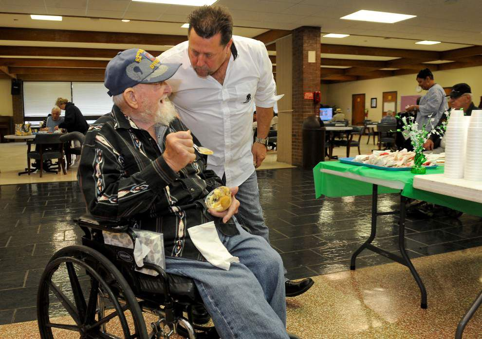 Veterans home volunteer makes helping a family affair _lowres