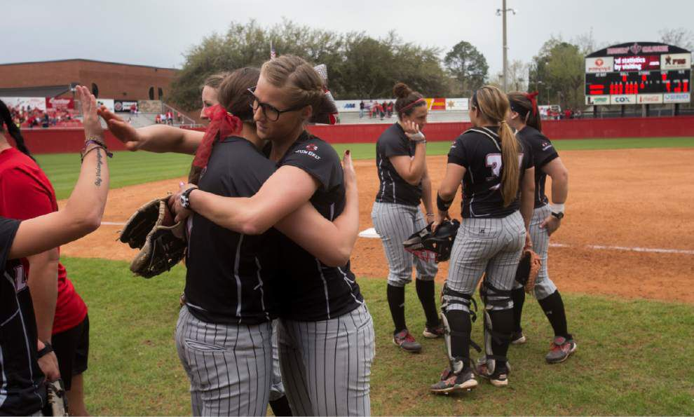 Ragin' Cajuns softball team continues to rely on pitching with Jordan Wallace, Christina Hamilton, freshmen _lowres