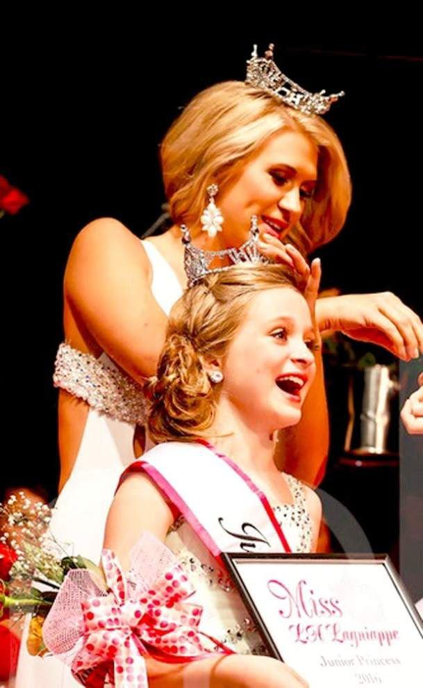 Crowning moment for Zachary girls _lowres