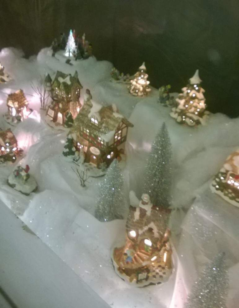 Window displays bring out holiday spirit downtown _lowres