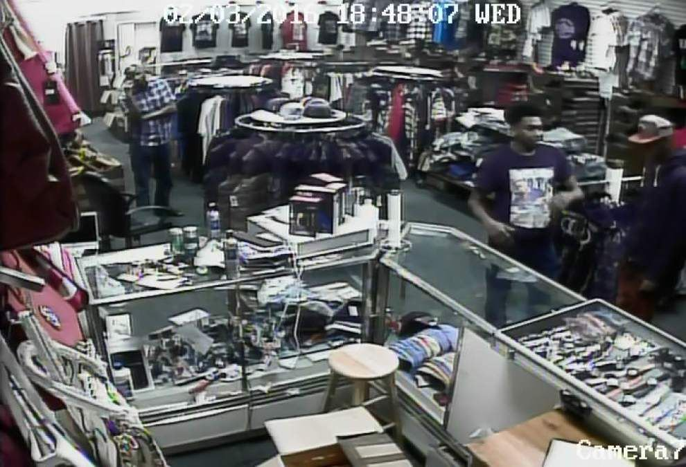 Police looking for three people caught on video stealing $1,440 in merchandise from Baton Rouge store _lowres