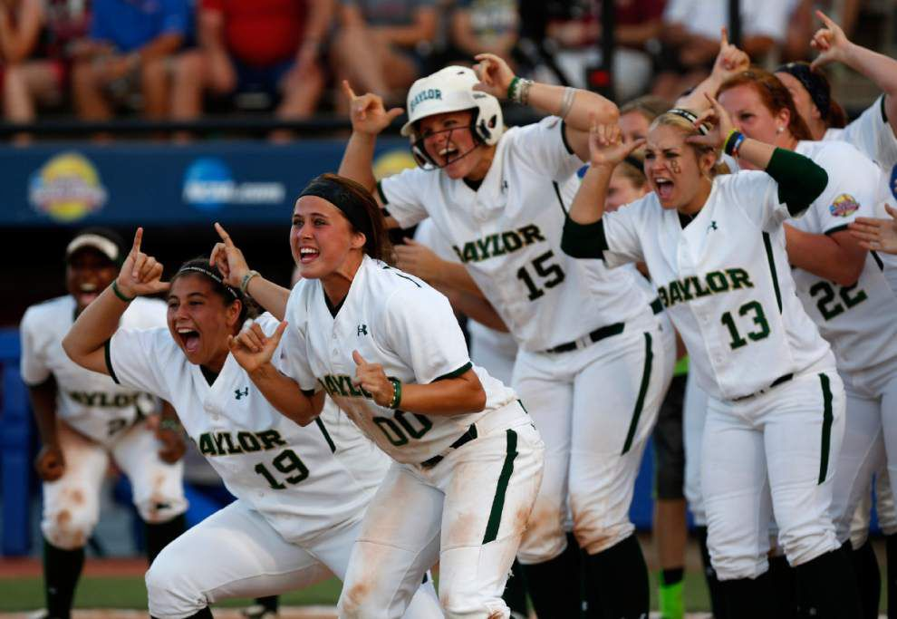 Baylor, Oregon hang on, move to WCWS semis _lowres