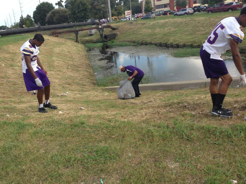 Karr football players serve community _lowres