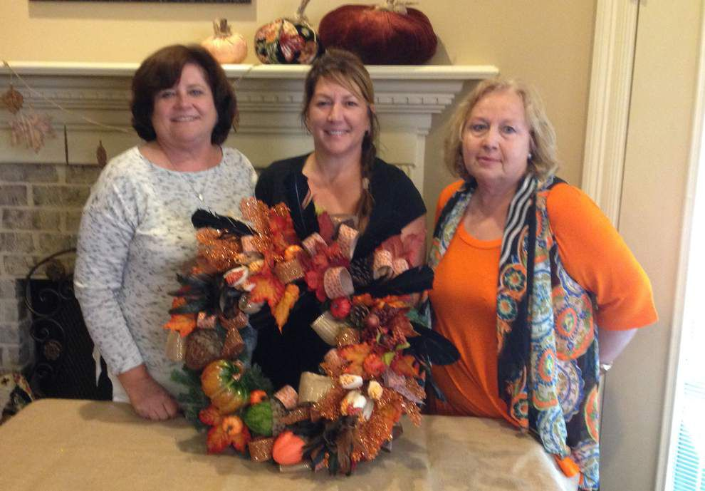 Colonial Garden Club members observe wreath design _lowres