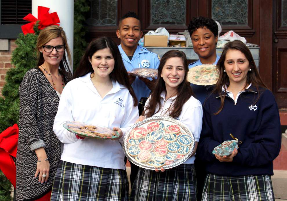 Academy of the Sacred Heart offers police a sweet expression of gratitude _lowres