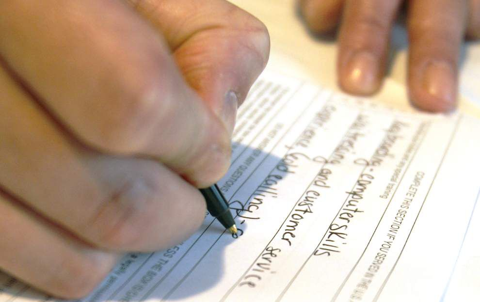 U.S. jobless aid applications fall to 14-year low _lowres