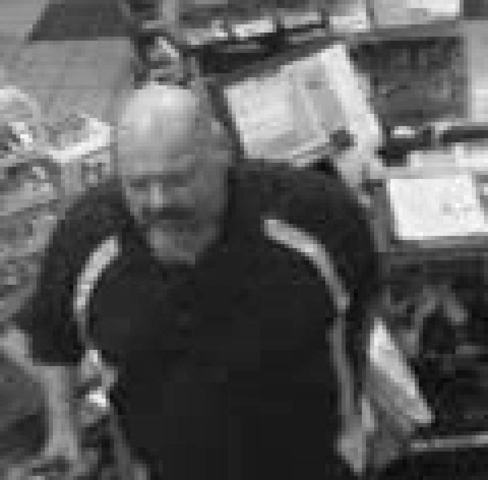 STPSO searching for hammer-wielding gas station robber _lowres