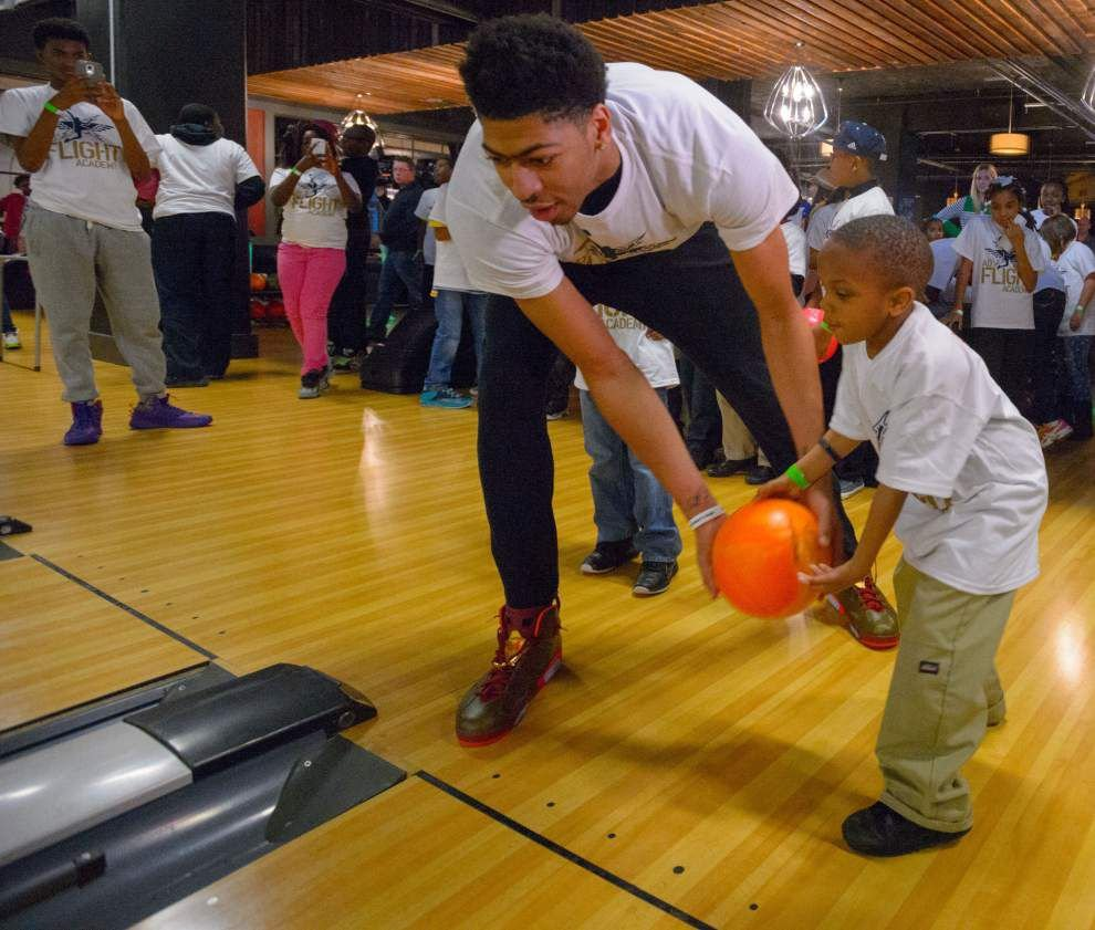 Photos: Anthony Davis bowls with kids _lowres