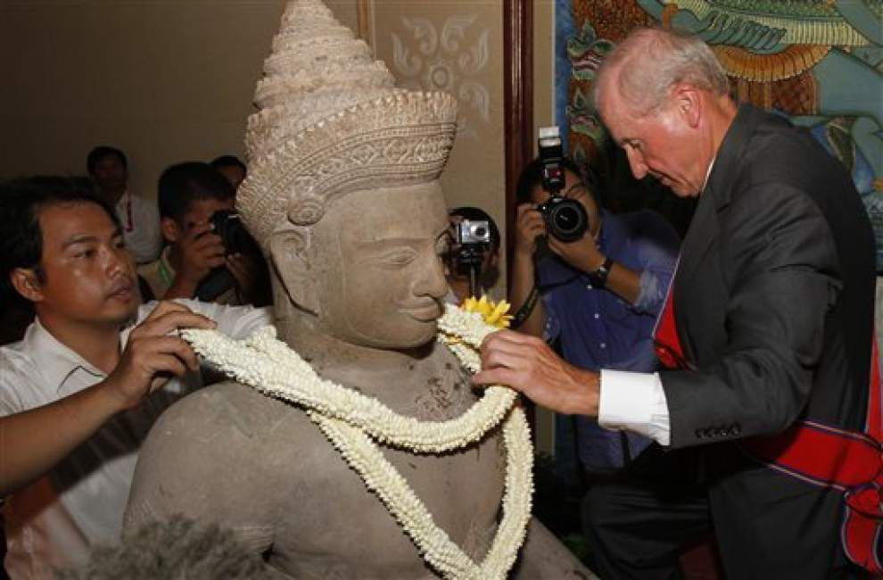 Cambodia welcomes repatriation of 3 looted statues _lowres