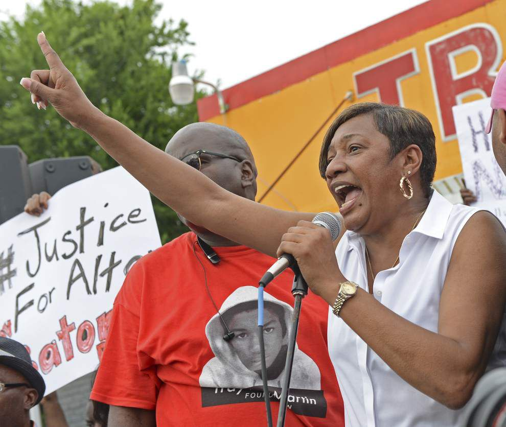 Live updates: 'I'm so outraged,' crowd at Baton Rouge prayer vigil for Alton Sterling vents anger; protests continue into night _lowres