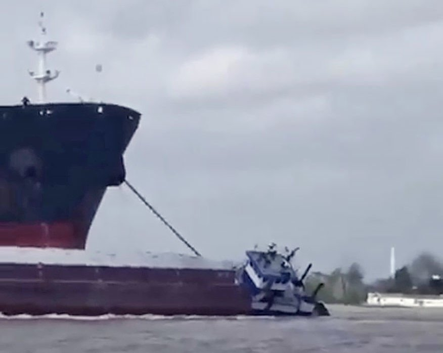 Watch: Towing vessel sinks in Mississippi River in Baton