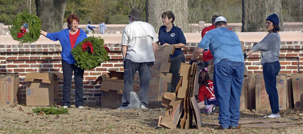 Photos: Volunteer groups help place wreaths for Wreaths Across America program _lowres