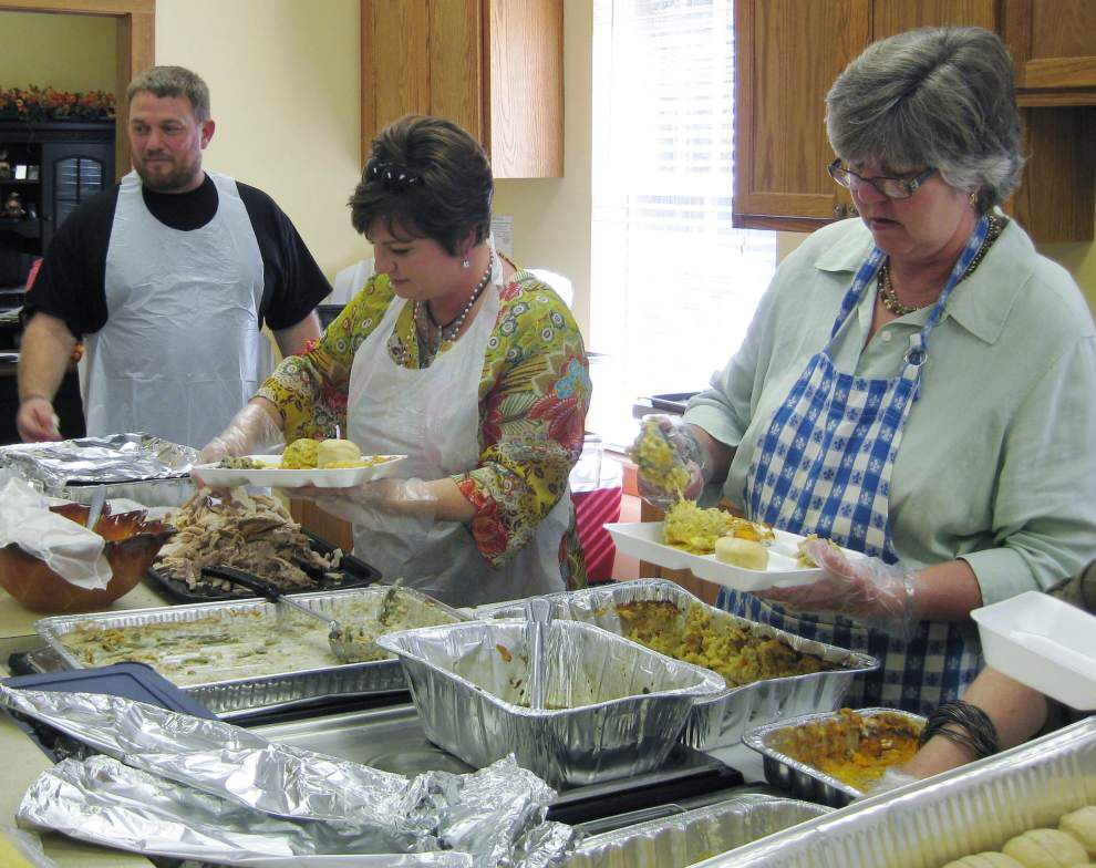Church serves seniors at holiday dinner _lowres