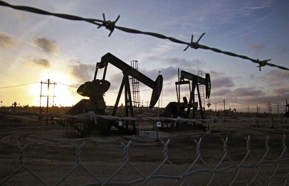 Oil falls below $101 as crude stocks seen rising _lowres